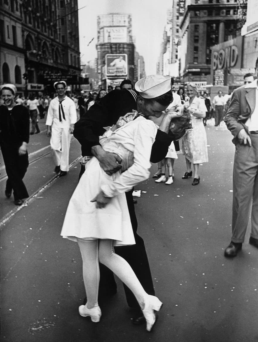 Iconically Heart-Warming Photos That Remind Us There Is Always Love During War