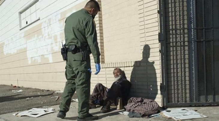 Cops Fine Homeless People For Staying Outside and Violating Quarantine And Social Distancing